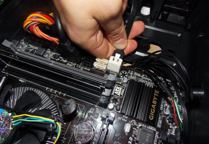 Подключение сигнального кабеля SATA жесткого диска