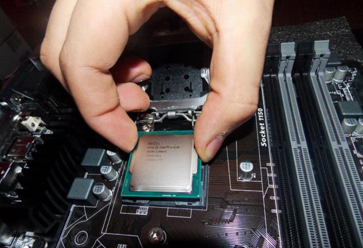 Установка процессора в гнездо на материнской плате